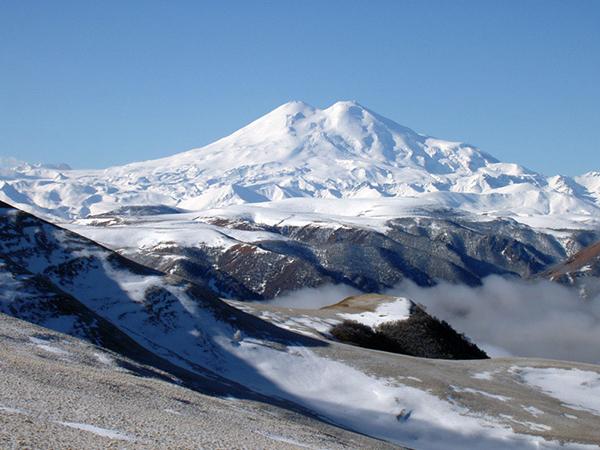 Выше гор могут быть только горы. Эльбрус - красавец смотрит сквозь тучи...