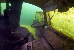 Машины со дна озера